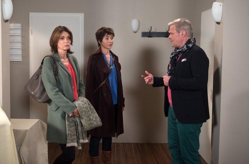 Hilli (Gerit Kling, r. mit Anja Franke, M.) kann es nicht fassen, dass Frank (Axel Buchholz, r.) mit seiner Neuen, ausgerechnet in die Wohnung über ihrem Bonbonladen einziehen will. – Bild: ARD/Nicole Manthey