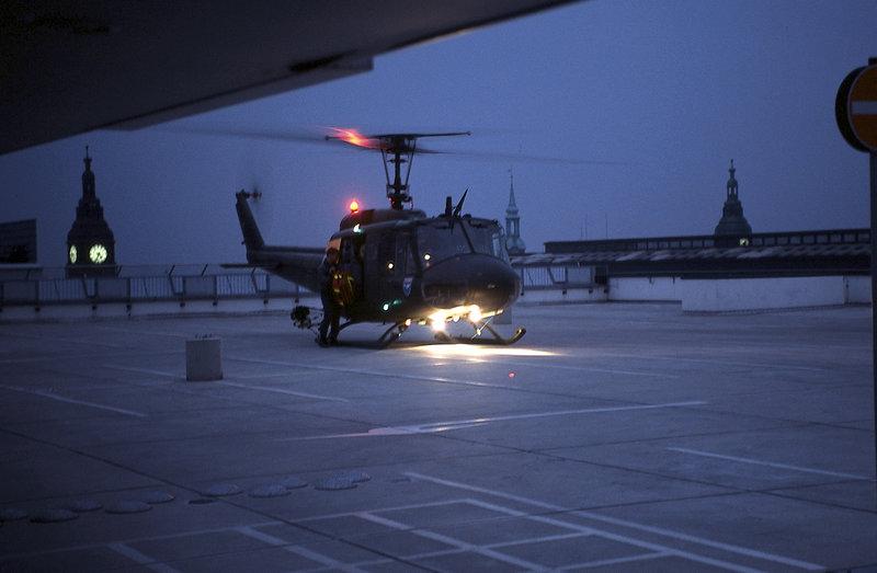 Der SAR 71 landet auf dem Dach eines Parkhauses in der Nähe des Hamburger Michels. – Bild: ZDF und Boris Laewen
