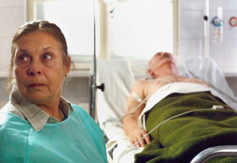 Elsa (Ursula Karusseit) kann es nicht glauben: kaum dass sie ihrer Jugendliebe wieder begegnet ist, wird Joachim (Ryszard Sobolewski) mit einem Herzinfarkt in die Klinik eingeliefert. – Bild: MDR/Wojciech Szarlinski