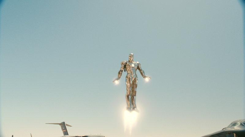 """James """"Rhodey"""" Rhodes (Don Cheadle) testet heimlich eine Rüstung von Iron Man. – Bild: RTL II"""