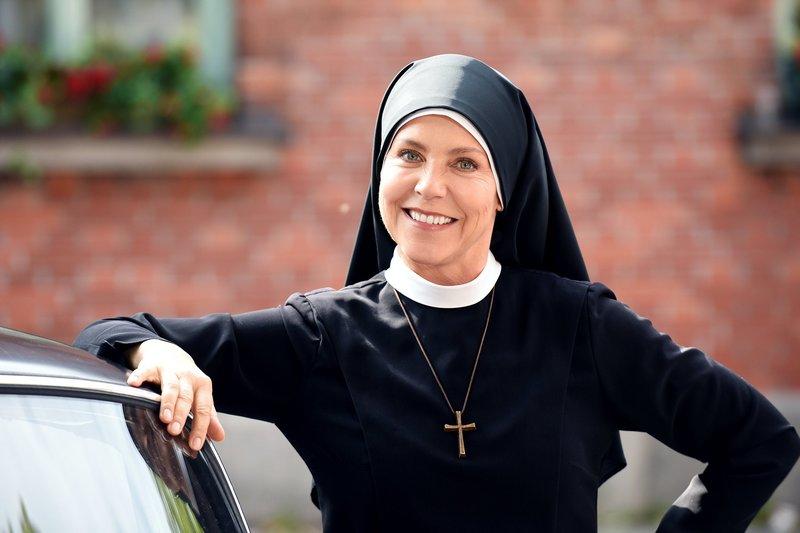 Um Himmels Willen Staffel 18 Folge 11 (Fortlaufende Ep.-Nr: 232) Freche Nonne: Janina Hartwig als Schwester Hanna. Copyright: SRF/ARD – Bild: SRF/ARD
