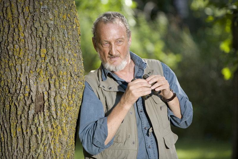 Der seltsame Imker Eli Giles (Robert Englund) scheint mehr über die gefährlichen Tiere zu wissen als alle anderen. – Bild: TMG