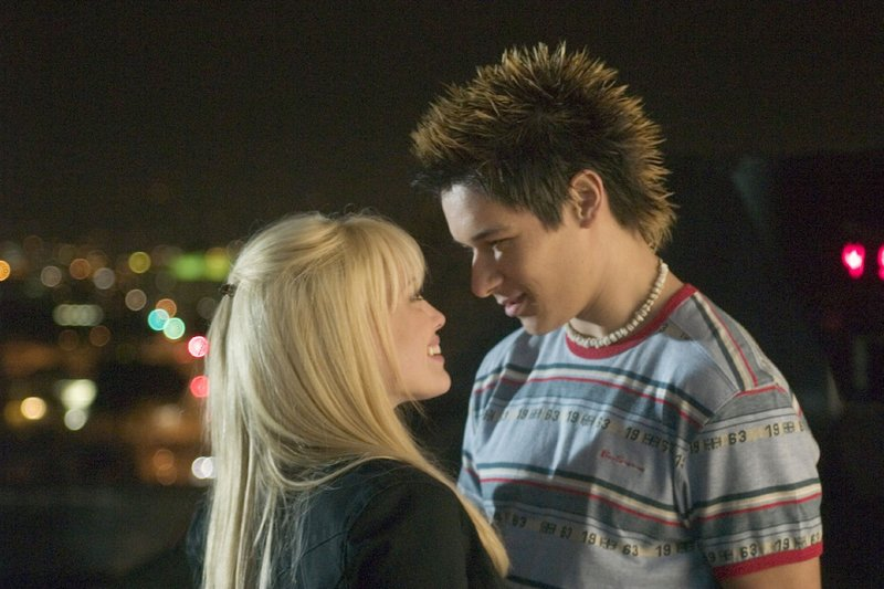 Aus der Freundschaft zwischen Terri (Hilary Duff) und Jay (Oliver James) entwickelt sich bald mehr... – Bild: RTL / ©2004 Zade Rosenthal