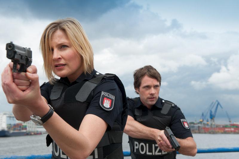 Melanie (Sanna Englund) und Mattes (Matthias Schloo) wollen einen russischen Drogen- und Medikamentendealer auf frischer Tat ertappen. – Bild: ZDF und Boris Laewen (bola)