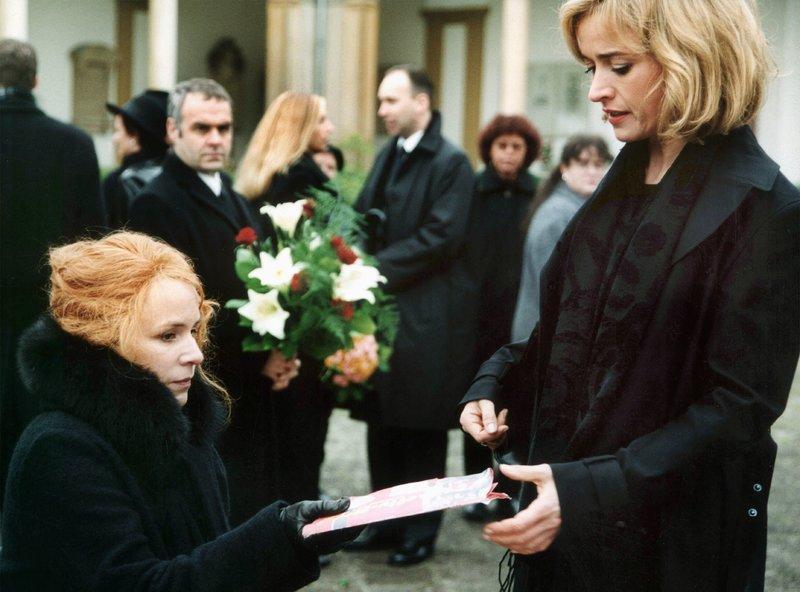 Privatdetektivin Annette Germeroth (Bärbel Strecker) übergibt Ariane Reimer (Bettina Kupfer,li.) die Fotos, die die Untreue ihres Ehemannes beweisen. Im Hintergrund Marcel Reimer (Jophie Ries). – Bild: SWR/Schweigert