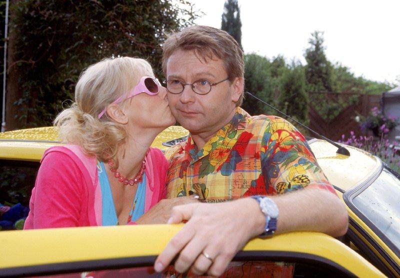 Lothar (Rene Heinersdorff) hat den Fehler begangen, Stefanie (Dana Golombek) ans Steuer seines Wagens zu lassen. Der Ärger ist programmiert, schließlich hat Stefanie einen mehr als waghalsigen Fahrstil... – Bild: TVNOW / Frank Dicks
