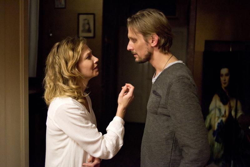 Annika (Birte Glang) und Kai (Martin Glade) haben Beziehungsprobleme. Ihr Leben in einer polyamoren Gemeinschaft vereinfacht die Situation nicht gerade. – Bild: ZDF und Oliver Feist