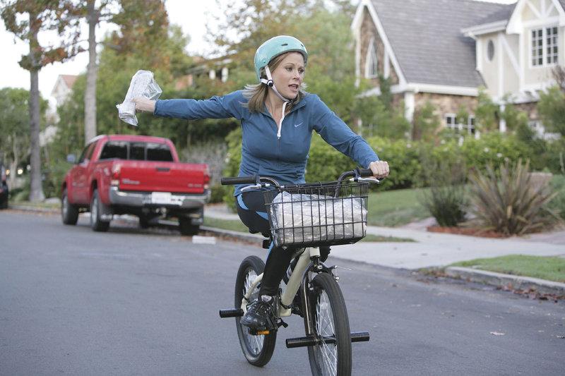 Claire (Julie Bowen) muss Lukes Schülerjob als Zeitungsträger übernehmen. – Bild: MG RTL D / FOX