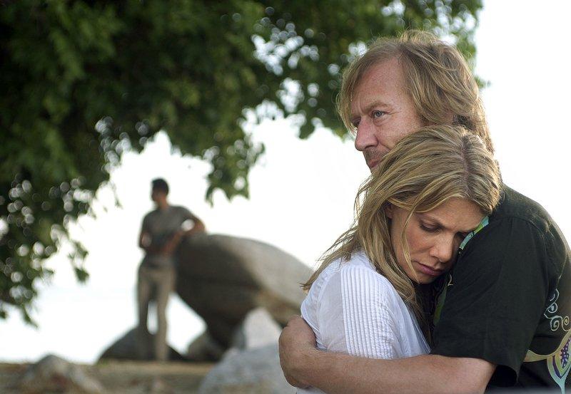 Juliane (Ursula Karven) ist froh, dass Jürgen (Oliver Stritzel, rechts) noch am Leben ist – was Mohan (Steve Yap) allerdings mit gemischten Gefühlen beobachtet. – Bild: ARD Degeto/Wong Mun Hun