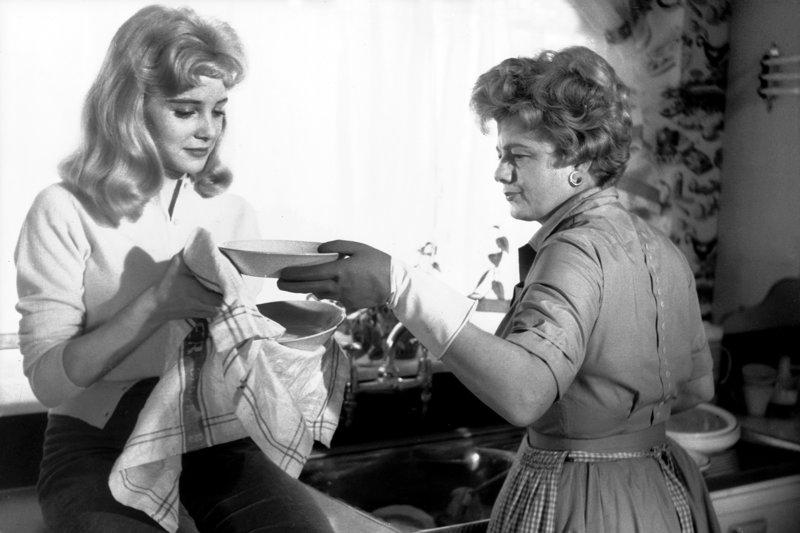 Lolita (Sue Lyon, li.) ist aufmüpfig und frech zu ihrer Mutter (Shelley Winters, re.). Als diese erfährt, dass Humbert sie nur geheiratet hat, um in der Nähe von Lolita zu sein, läuft sie davon und wird überfahren. – Bild: ARTE France / © Warner Bros.