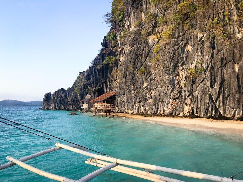 Coron, Philippinen: Holzhütten am Strand, die direkt an den Fels gebaut sind. – Bild: Bewegte Zeiten Filmproduktion GmbH/BR/Marie-Therese Rompf