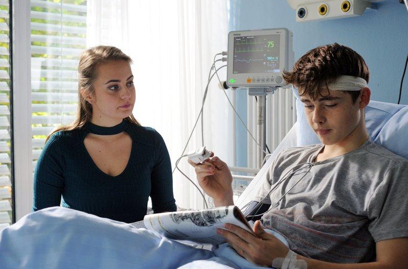 Sören (Yuri Völsch) genießt die Fürsorge von Anita (Olga von Luckwald). – Bild: ARD Degeto/Hardy Spitz