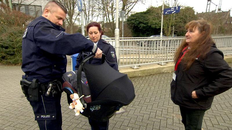 In einer S-Bahn wurde ein schlafendes Baby aufgefunden und den Cops übergeben... – Bild: RTL II