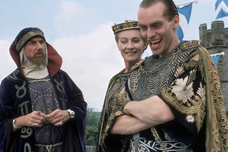 Merlin (René Auberjonois), Morgana (Jean Marsh) und König Arthurs Neffe Mordred (Hugo E. Blick) bilden ein hinterhältiges Trio. – Bild: ZDF und Róbert Szabó
