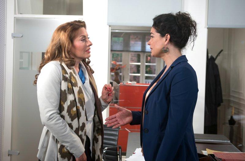Yvonne (Julia Dahmen, l.) verwundert Anne (Caroline Kiesewetter, r.) damit, dass sie trotz Insolvenz nicht bereit ist, eine Stelle unter ihrer Qualifikation anzunehmen. – Bild: ARD/Nicole Manthey