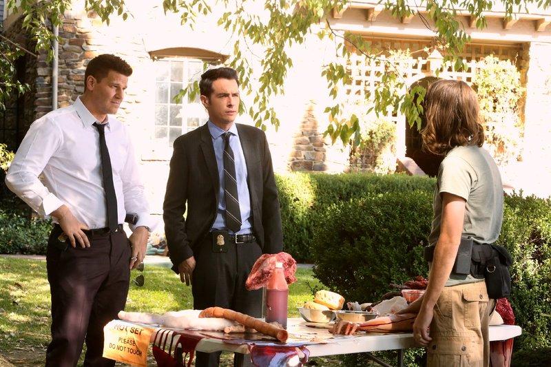 Bei den Dreharbeiten eines trashigen Films suchen Booth (David Boreanaz, l.) und Aubrey (John Boyd, M.) nach Hinweisen auf den Mörder des Regisseurs. – Bild: MG RTL D / FOX