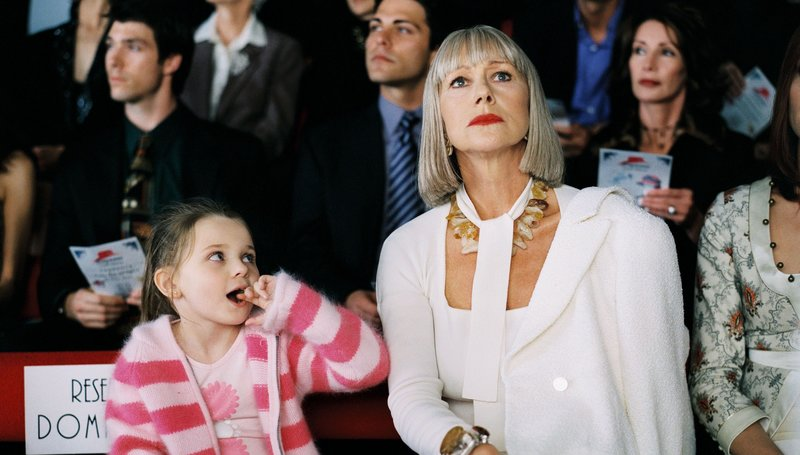 Fashion and motherhood don?t mix as Dominique (Helen Mirren, right) isn?t quite sure what to do with Helen?s niece, Sarah (Abigail Breslin, left) at a fashion show. Raising Helen Helen Mirren, Abigail Breslin – Bild: ATV