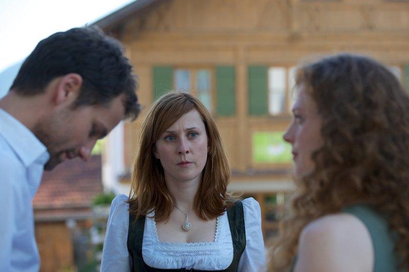 Matthias Staudacher (Florian Stetter, li.), Nelli Staudacher (Marlene Morreis, Mitte), Polly Pollinger (Anja Antonowicz, re.). – Bild: ZDF und Bernd Schuller
