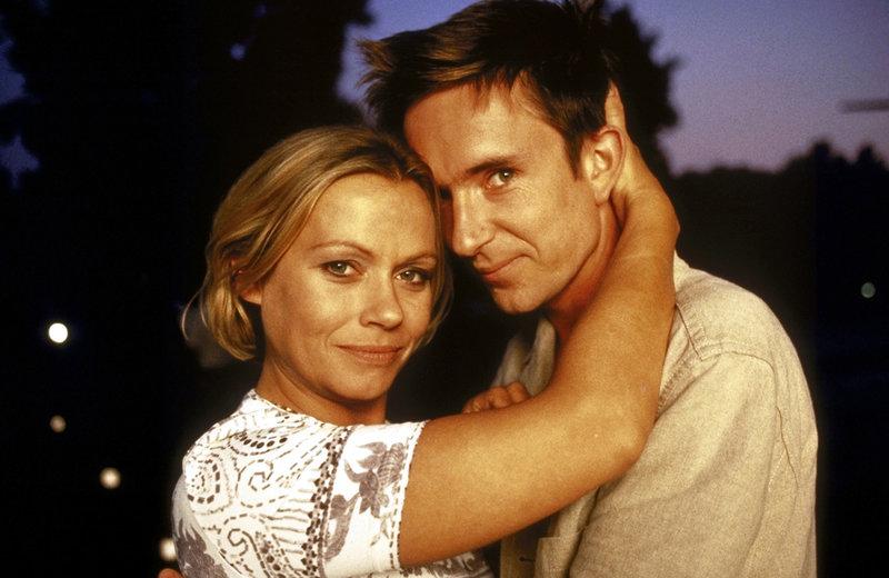 Verliebt, verlobt, verheiratet? Alyoscha (Arnd Klawitter, r.) und Marie (Jennifer Nitsch, l.) sind endlich glücklich ... – Bild: ProSieben Eigenproduktionsbild frei
