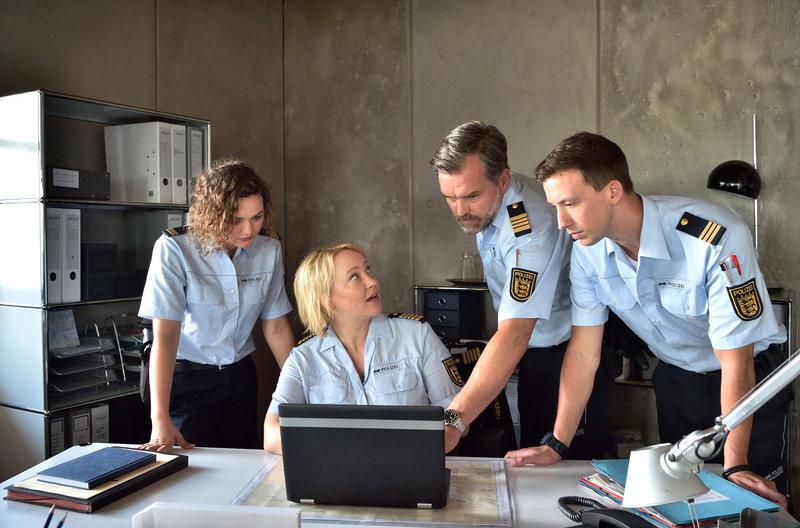 Nele (Floriane Daniel, 2.v.l) muss den Fall Alfred wegen Befangenheit abgeben. Doch Julia (Wendy Güntensperger, l.), Rambach (Ole Puppe, 2.v.r.) und Pirmin (Simon Werdelis, r.) halten ihre Chefin auf dem Laufenden. – Bild: Das Erste