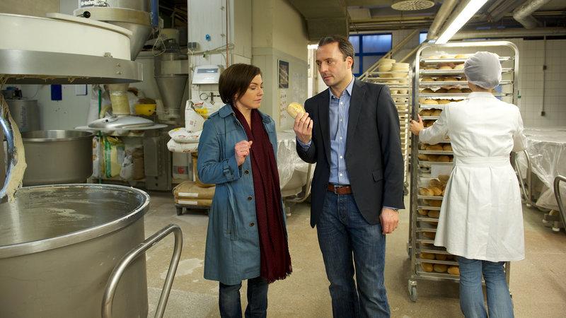 Konkurrent Wiedemann (Robert Schupp, M.) hält Janas Vorwürfe für absurd. Der Kleinkrieg mit Bäcker Matthiesen war zwar lästig, doch nie eine ernsthafte Bedrohung für sein Geschäft, versichert er Kommissarin Börensen (Claudia Schmutzler). – Bild: ZDF