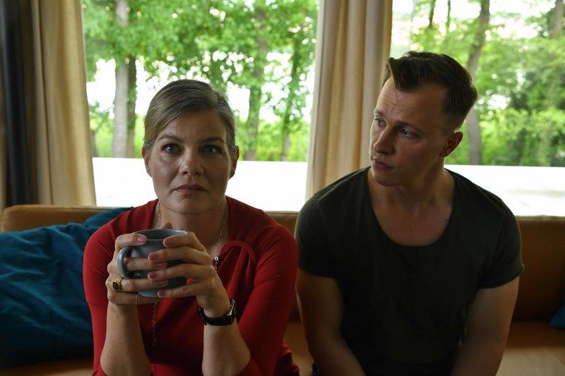 Diane Springer (Birge Schade) und Kevin Lukowski (Tim Kalkhof) gehen die Fakten des aktuellen Falles noch einmal durch. Doch dann f¸hrt ein kleines Indiz zu einer unerwarteten Wendung. – Bild: ZDF und Hardy Spitz.