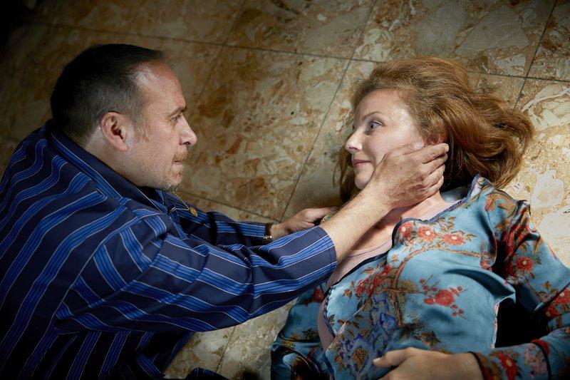 Semir (Erdogan Atalay) findet seine Frau Andrea (Carina Wiese) niedergeschlagen im Flur. Sein Bruder Kemal und sein Neffe Mica sind verschwunden. – Bild: RTL