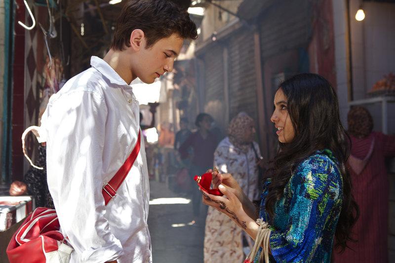 Ben (Samuel Schneider) will nicht, dass Karima (Hafsia Herzi) geht und schenkt ihr eine Kette, die er seinem Vater gestohlen hat. – Bild: WDR / © Studiocanal