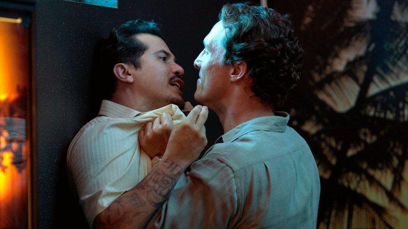 Haller (Matthew McConaughey, re.) nimmt Val Valenzuela (John Leguizamo) in die Mangel - was weiß er?Haller (Matthew McConaughey, re.) nimmt Val Valenzuela (John Leguizamo) in die Mangel - was weiü er? – Bild: RTL II