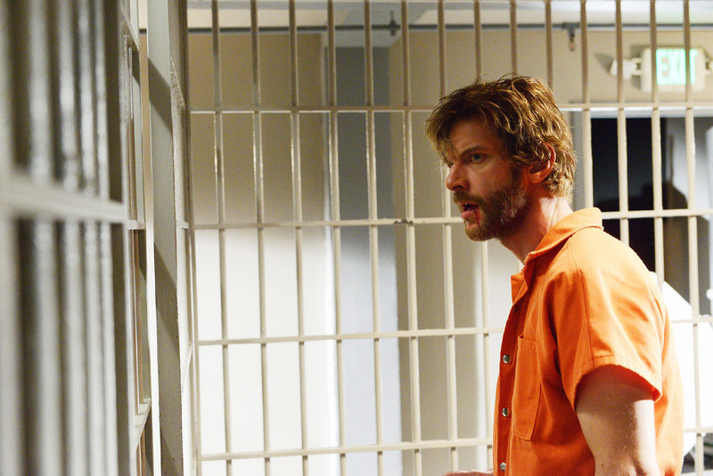 Caleb (Sam Hazeldine), der eine Bank überfallen hat, wird endlich gefasst und ins Gefängnis gebracht. – Bild: TVNOW / ABC Studios