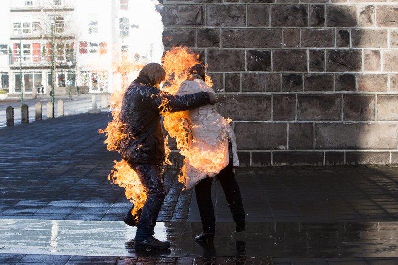 Gísli (Thorgeir Tryggvason, l.) verübt einen Brandanschlag auf seine Zwillingsschwester, Islands Industrieministerin Halla (Sólveig Arnarsdóttir). – Bild: ZDF und Lilja Jóns.