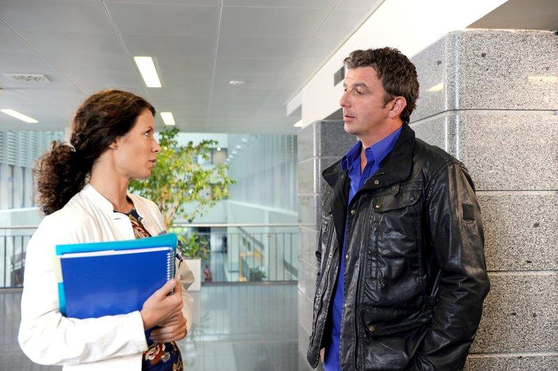 Lena (Pia Baresch, l.) erzählt Martin (Hans Sigl, r.) von ihren Plänen. Sie wird mit ihrem Mann Ellmau verlassen. – Bild: SRF 1