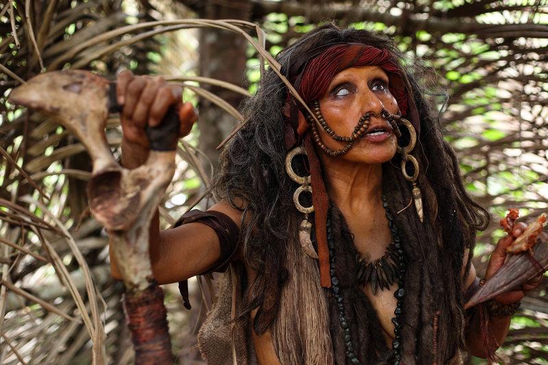 Als die Gruppe auf einen einheimischen Indio-Stamm trifft, der ganz und gar nicht begeistert von der Anwesenheit der Eindringlinge ist. Zu spät stellen sie fest, dass es sich bei dem Stamm um Kannibalen handelt… – Bild: Constantin Film