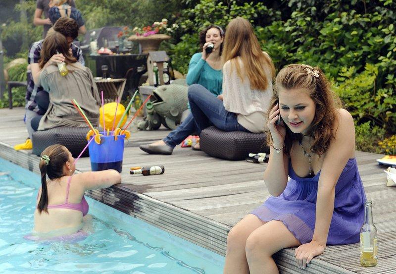 Während einer unerlaubten Party im Haus ihrer Eltern bekommt Clara (Alicia von Rittberg) einen Anruf von der besorgten Ines. – Bild: ARD Degeto/Willi Weber