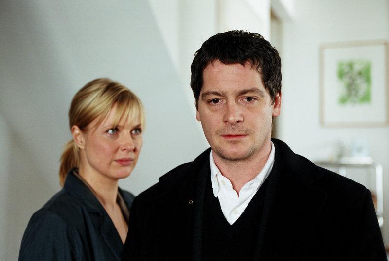 Andrea (Katharina Böhm, l.) ist verzweifelt. Sie findet heraus, dass ihr Mann Benno (Fritz Karl, r.) eine Geliebte hat. – Bild: ZDF und Erika Hauri