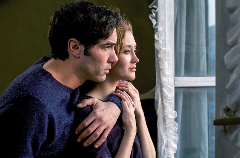 Jean (Tahar Rahim) verliebt sich in Marie (Constance Rousseau), die Tochter des Fotografen. Er merkt aber, dass ihre Liebesbeziehung sich unecht anfühlt, sie erscheint ihm wie ein Traum. Dieses Gefühl kann er sich nicht erklären ... – Bild: arte