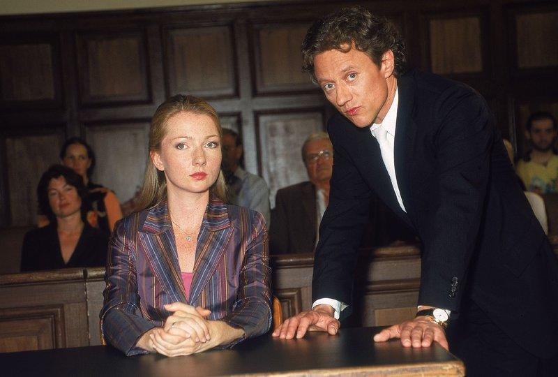 Oberstaatsanwalt Kampen (Axel Pape) befragt vor Gericht Ellen Seifert (Katja Studt), die mit ihrer Aussage ihren Mann entlastet. – Bild: RTLplus