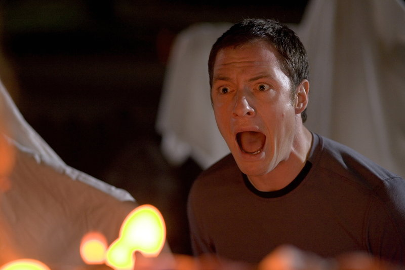 Weil seine Freundin schwer genervt von Halloween ist, bläst sie die Kerze in dem im Garten aufgestellten Kürbis aus. Für Henry (Tahmoh Penikett) und einige andere Kleinstadtbewohner mit fatalen Folgen ... – Bild: 2007 © Warner Brothers Lizenzbild frei