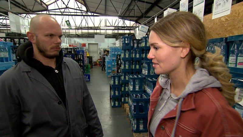 Leonies neuer Job bringt sie komplett an ihre Grenzen.Leonies neuer Job bringt sie komplett an ihre Grenzen. – Bild: RTL II