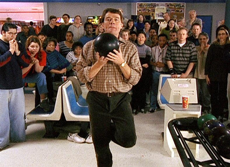 Hal (Bryan Cranston) bereitet sich vor den Augen der gespannten Zuschauer auf seinen nächsten Wurf vor. – Bild: ORF eins