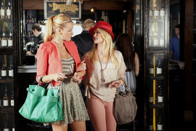 Noch genießen Charlie (Kaylee DeFer, r.) und Serena (Blake Lively, l.) ihr Zusammentreffen ... – Bild: Warner Bros. Television Lizenzbild frei