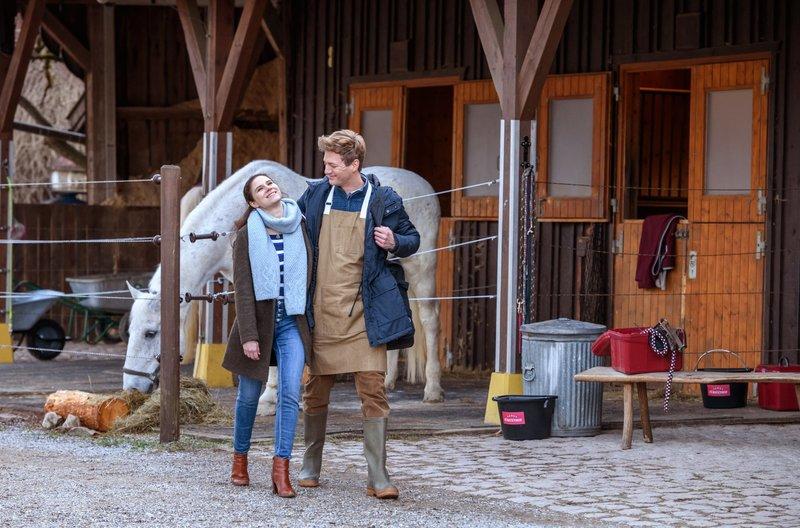Denise (Helen Barke, l.) genießt ihr Glück mit Henry (Patrick Dollmann, r.). – Bild: MDR