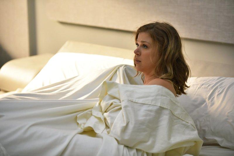 Es ist jetzt ein Jahr her, dass Ed seine Frau Kelly (Adrianne Palicki) mit einem Alien im Bett erwischt hat und jetzt sollen sie ausgerechnet zusammen ein Raumschiff befehligen ... – Bild: 2017 Fox and its related entities. All rights reserved. Lizenzbild frei