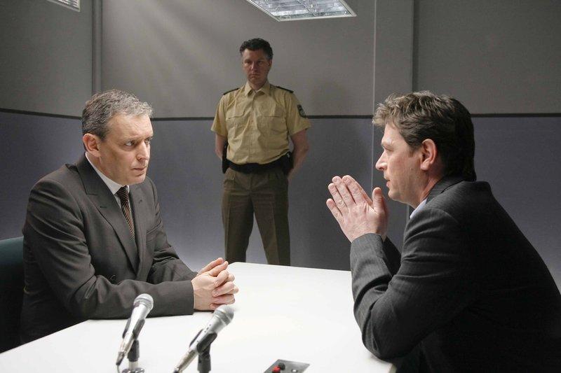 Rosenheim-Cops Christian Lind (re. Tom Mikulla) nimmt das Alibi von Hajo Grabowski (li. Wolfgang Wagner) unter die Lupe. – Bild: ZDF