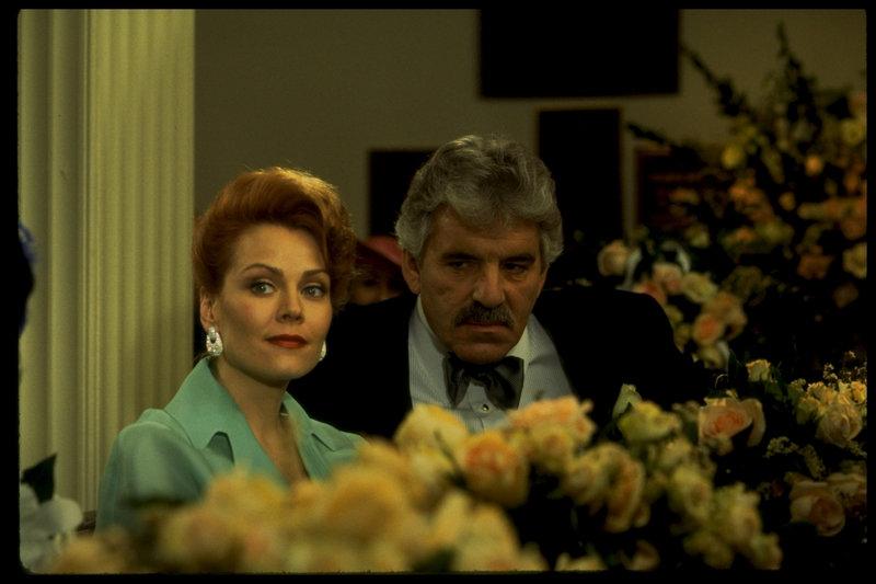 Dan (Dennis Farina) mit seiner aktuellen Ehefrau Rowena (Gail O'Grady) - Verjüngung inklusive, denn Rowena ist jünger als Lilly und einer der Gründe, warum Dan sich scheiden ließ. – Bild: ZDF und Takeshi Seida