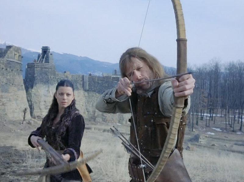 Prinzessin Medina (Angel Boris Reed) und Silas (Maxwell Caulfied,r.) der Drachentöter stellen ein Team zusammen, das gegen die Drachen kämpfen soll. – Bild: Tele 5