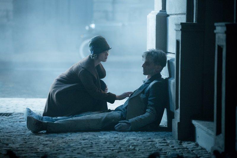 Die Stenotypistin Charlotte (Liv Lisa Fries) findet ihren Kollegen Gereon (Volker Bruch) und versucht ihm zu helfen. – Bild: ORF eins