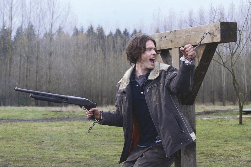 Mike (Ryan Kennedy) soll dem Troll geopftert werden. – Bild: Tele 5
