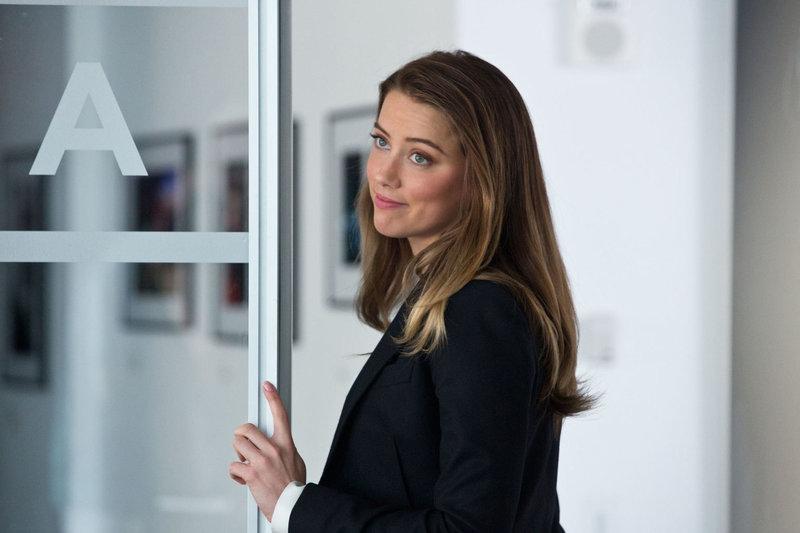 Emma Jennings (Amber Heard), die Marketing-Chefin von Eikon, verliebt sich in Adam. Sie ahnt nicht, dass er sie belügt ... – Bild: ATV
