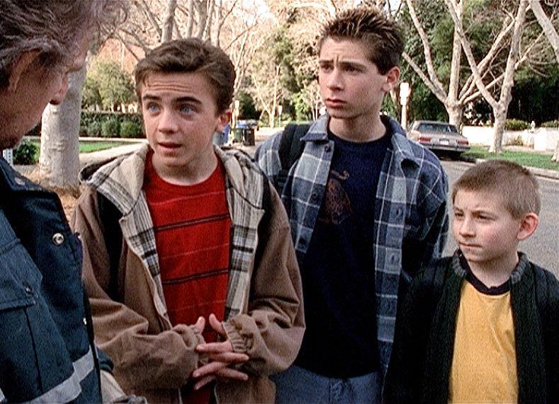 """""""Malcolm mittendrin"""", """"Das Mini-Bike."""" Malcolm und seine Brüder kaufen einem Müllmann ein Mini-Bike ab und reparieren es. Als Lois das Rad entdeckt, verbietet sie ihren Söhnen sofort, darauf zu fahren. Mit Engelszungen gelingt es Malcolm, seine Mutter umzustimmen. Francis hat sich jedoch nicht an das Verbot gehalten und bereits einen Unfall gebaut. Trickreich inszenieren die Burschen eine neue Unfalltheorie.Im Bild (v.li.): Dewey (Erik Per Sullivan), Reese (Justin Berfield) und Malcolm (Frankie Muniz) diskutieren mit einem Müllmann. – Bild: ORF eins"""